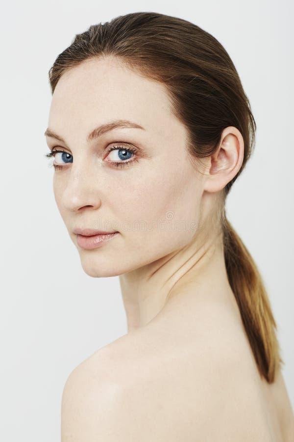 Skönhetstående av en ung kvinna royaltyfria bilder