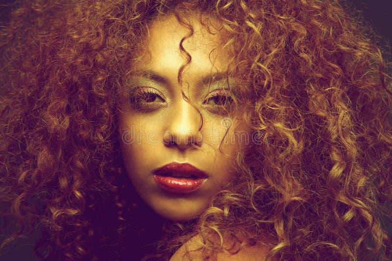 Skönhetstående av en ung kvinnlig modemodell med lockigt hår arkivbilder