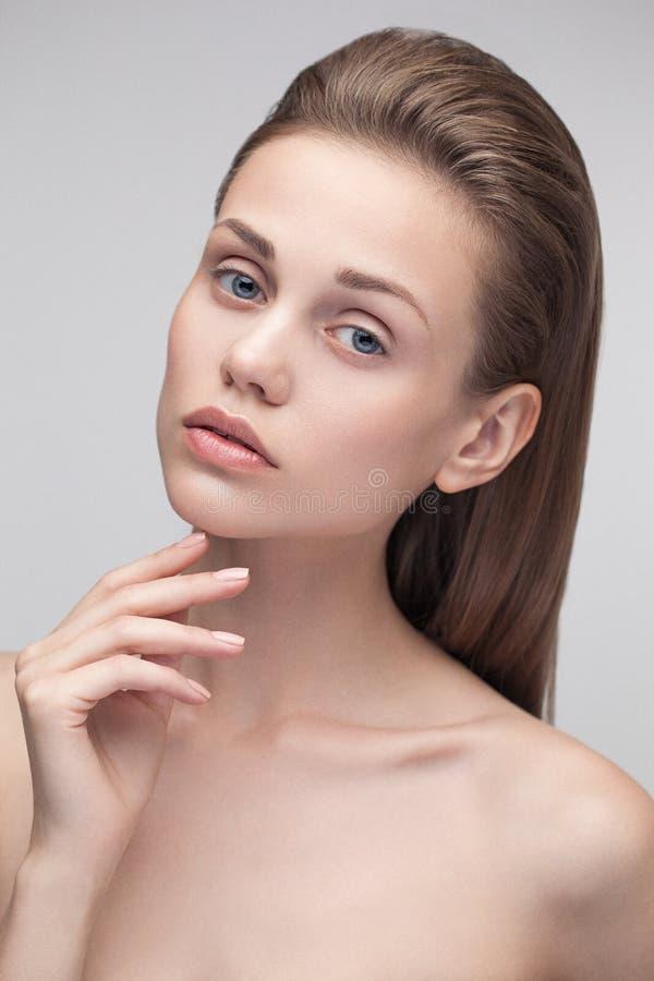 Skönhetstående av en ung naturlig ren kvinna royaltyfria foton