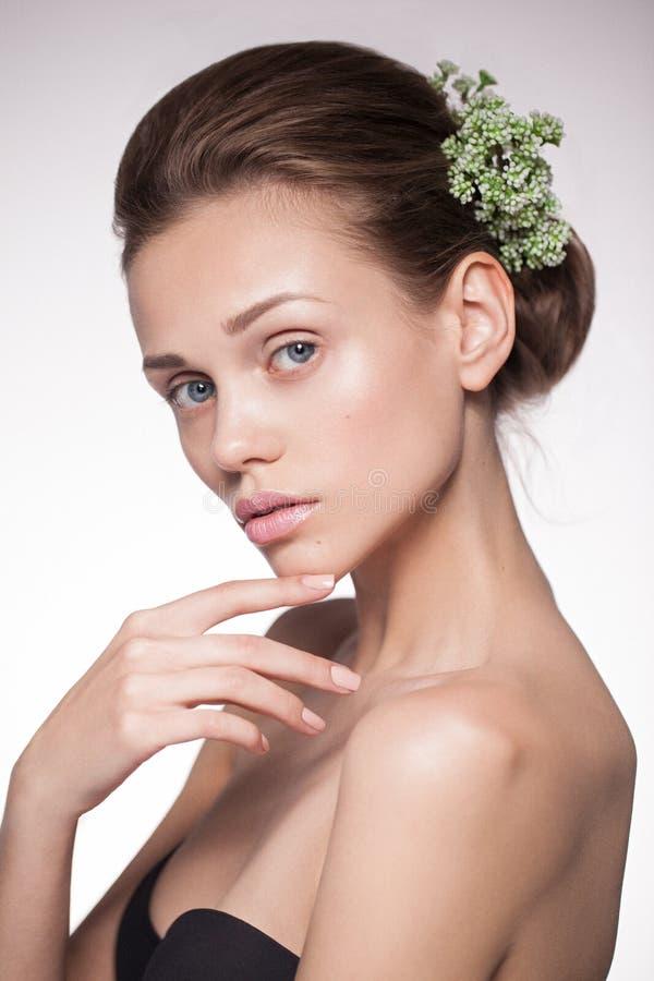 Skönhetstående av en ung naturlig ren kvinna arkivfoto