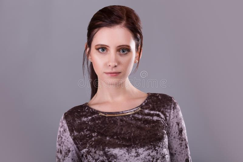 Skönhetstående av en ursnygg ung brunettkvinna royaltyfri bild
