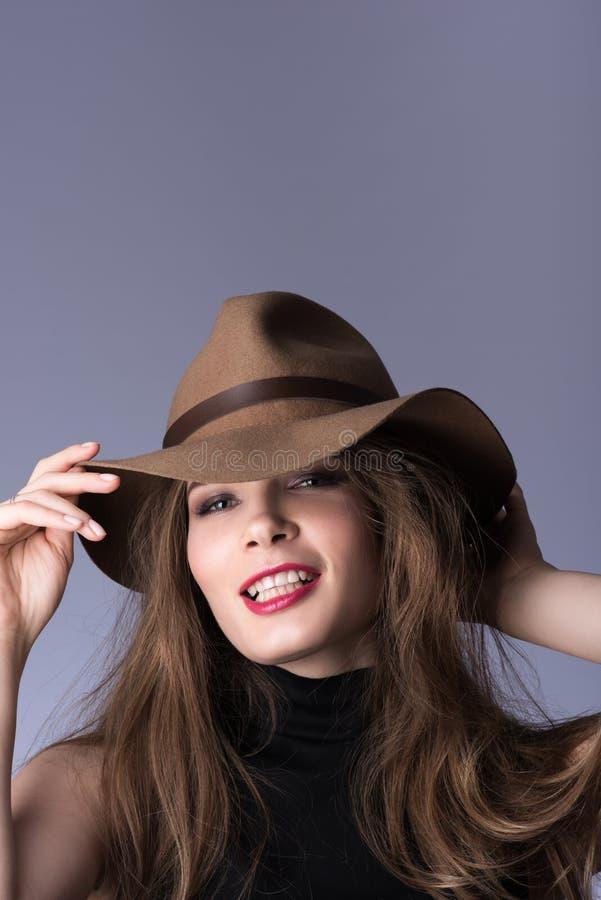 Skönhetstående av encowboy Härlig ung dam som lyckligt ler royaltyfri bild