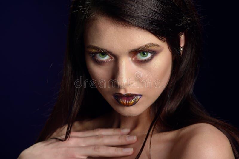 Skönhetstående av kanter av en ung kvinna arkivfoto