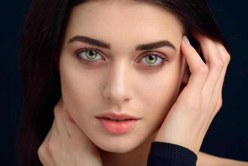 Skönhetstående av kanter av en ung kvinna royaltyfri fotografi