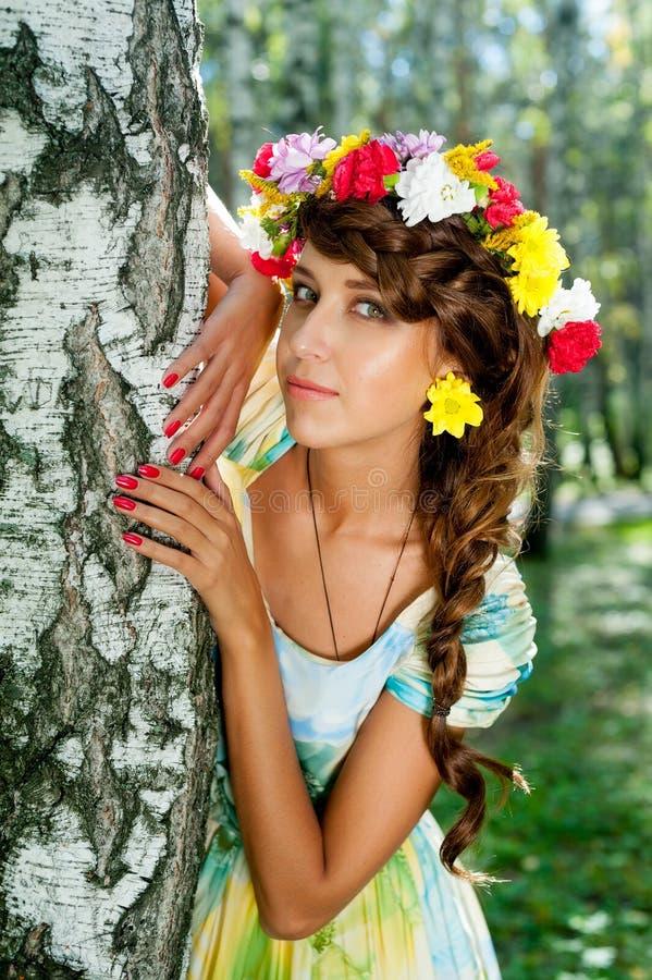 Skönhetstående av kvinnan med blommakransen royaltyfri foto
