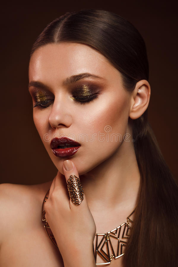 Skönhetstående av kvinnan med guld- makeup royaltyfri fotografi