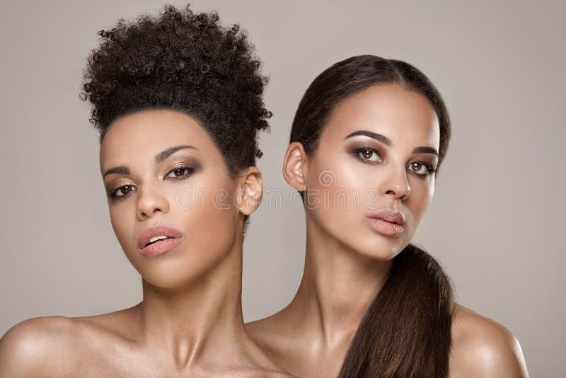 Skönhetstående av två afrikansk amerikanflickor arkivfoto