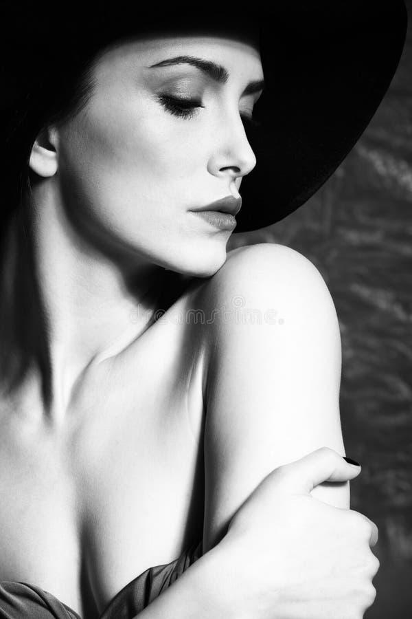 Skönhetstående för elegant kvinna med hattbw royaltyfri fotografi