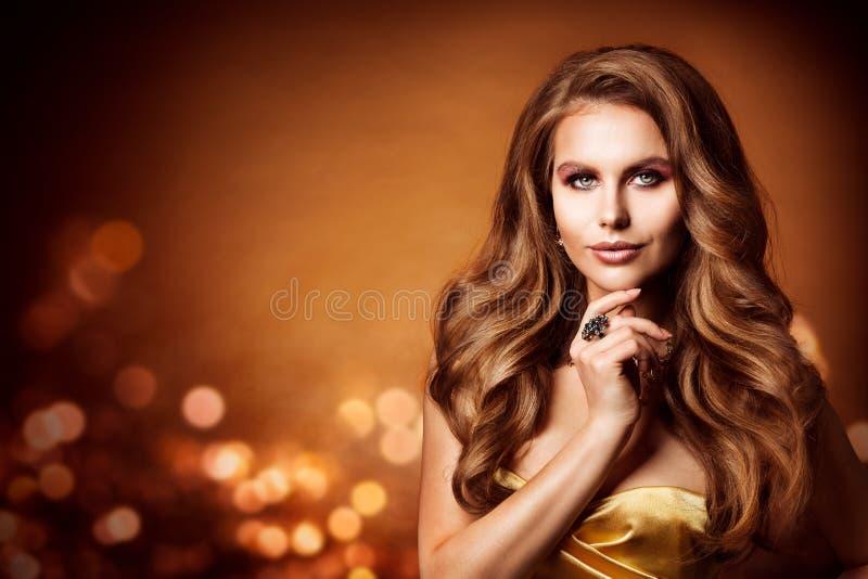 Skönhetstående, långt krabbt hår för härlig kvinna, modefrisyr arkivfoton