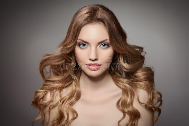 Skönhetstående. Lockigt långt hår royaltyfri foto