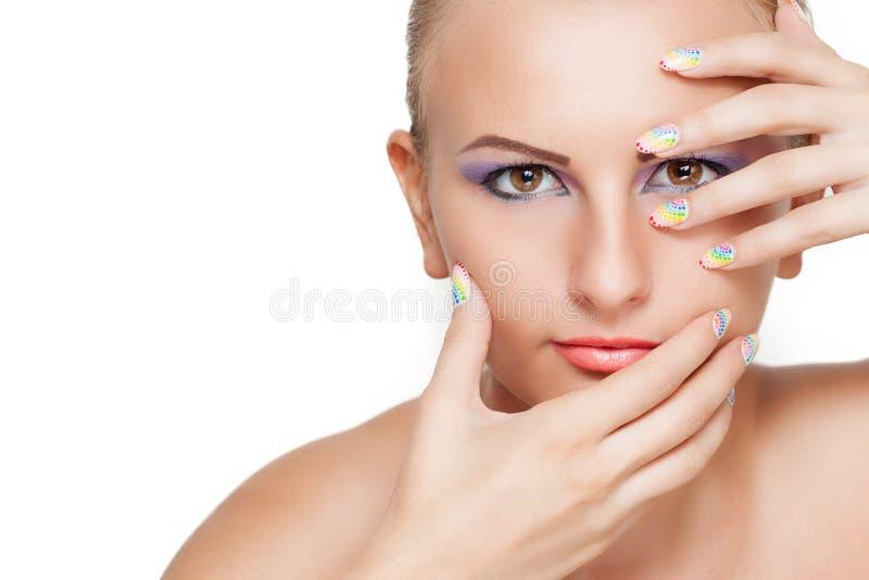 Skönhetstående med färgrik makeup och manikyr arkivfoto