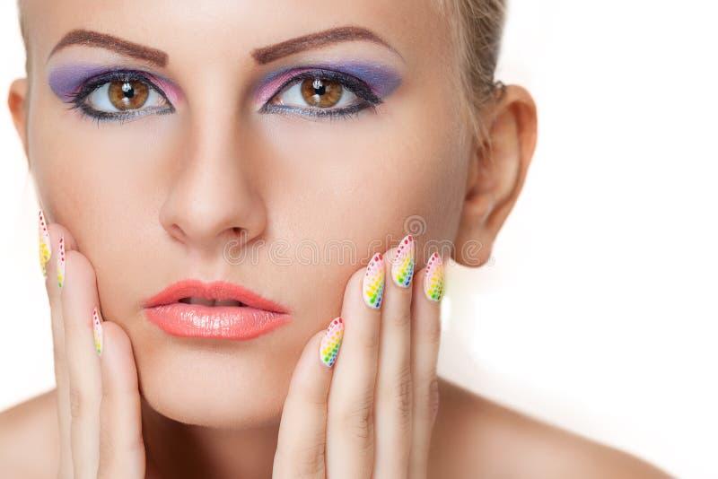 Skönhetstående med färgrik makeup och manikyr arkivbilder