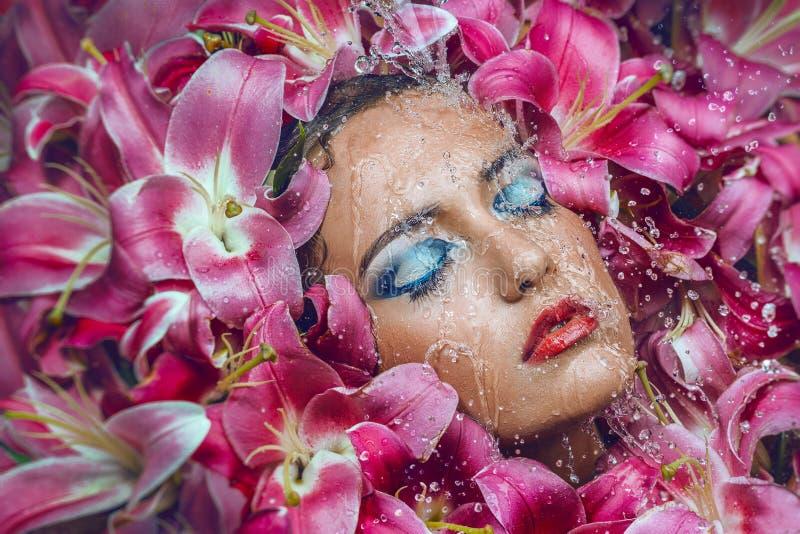 Skönhetstående med liljablommor royaltyfri bild