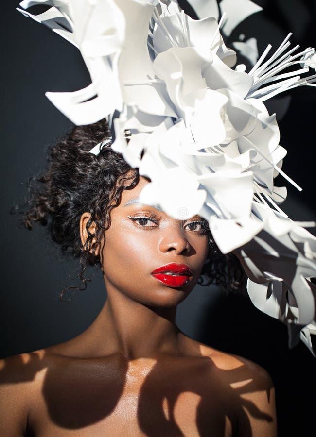 Skönhetståendecloseup av en ung nätt flicka med den vita hatten arkivfoton