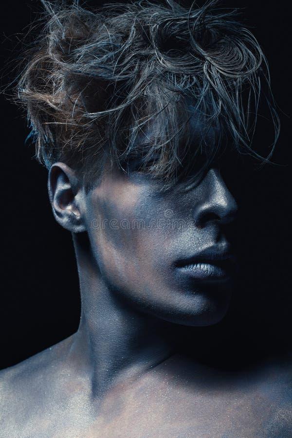 Skönhetstilstående av mannen som isoleras på mörk bakgrund Blå och grå makeup för konst Frisyr- och skincarebegrepp arkivbilder