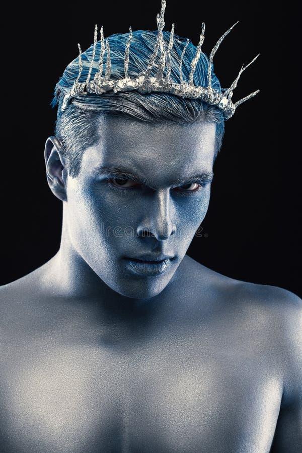 Skönhetstilstående av mannen som isoleras på mörk bakgrund Blå och grå makeup för konst Frisyr- och skincarebegrepp Neptunblick arkivfoton