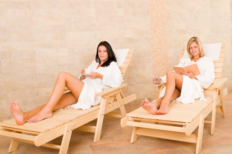 skönhetunderlag kopplar av kvinnor för lokalbrunnsortsun två royaltyfri fotografi