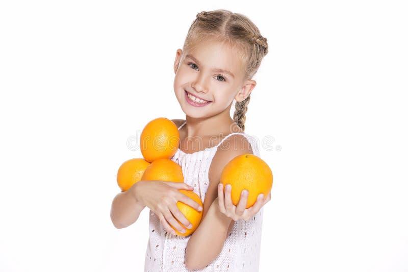 Skönhetung flicka med nya apelsiner royaltyfria bilder