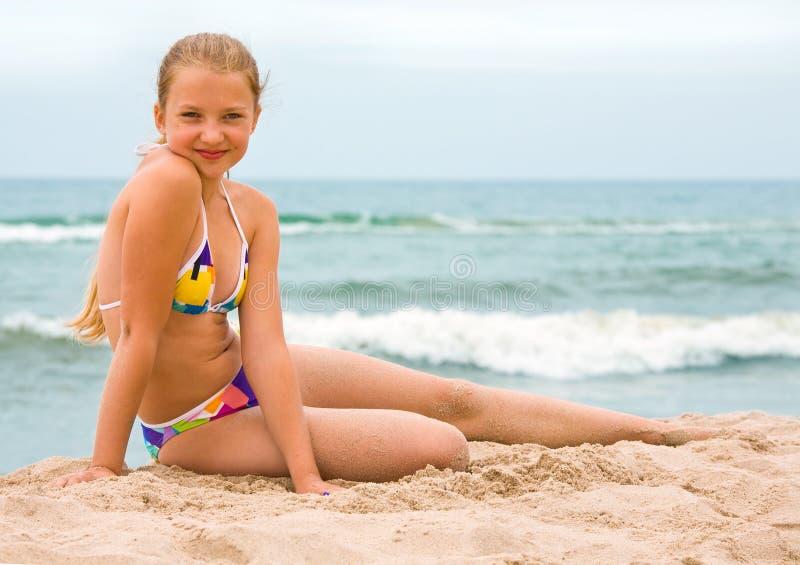 Skönhetung flicka på stranden royaltyfria foton