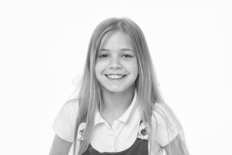 Skönhetunge med lycklig blick och långt blont hår Liten flickaleende med ny hud Barn med den gulliga framsidan som isoleras på royaltyfri foto