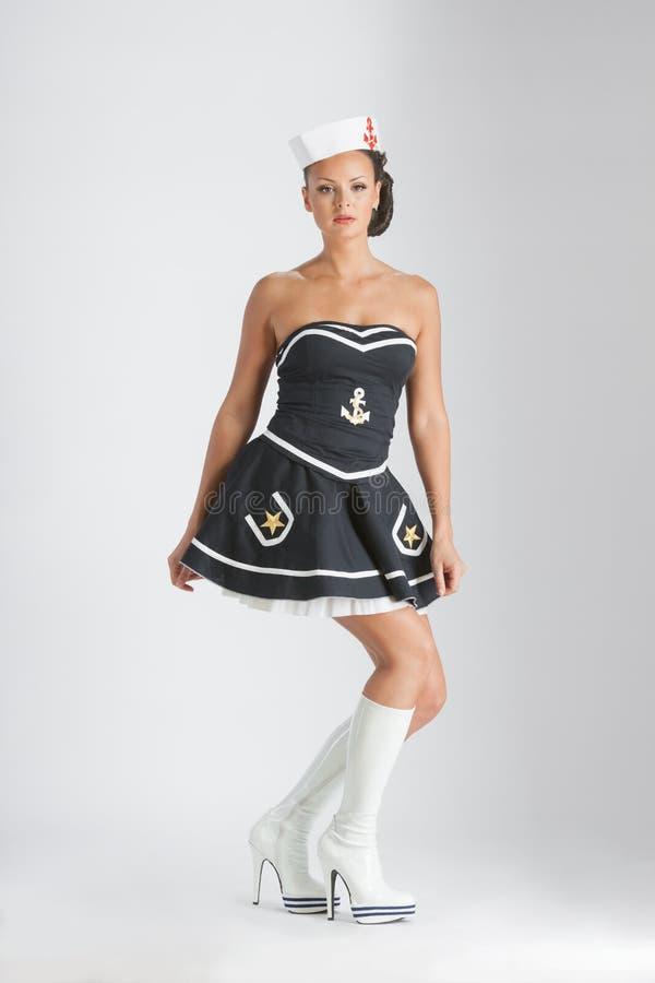 Skönhetutvikningsbrudflicka i en sjömandräkt arkivfoton