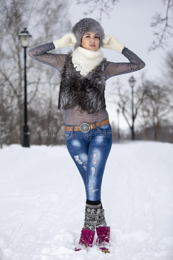Skönhetvinterflickan i frostig vinter parkerar utomhus Flyg Snowf arkivfoton