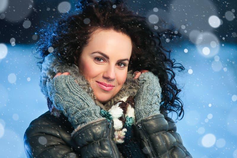 Skönhetvinterstående av den unga attraktiva kvinnan över snöig julbakgrund royaltyfri fotografi
