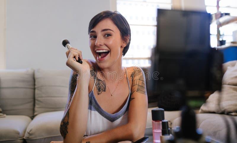 Skönhetvlogger som antecknar hennes videopd bloggepisod fotografering för bildbyråer