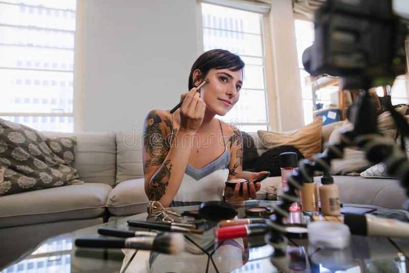 Skönhetvlogger som gör en video orubblig på makeup arkivfoton