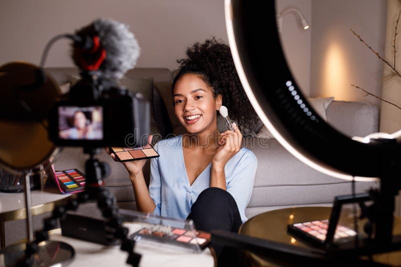 Skönhetvlogger som gör en video orubblig royaltyfri foto