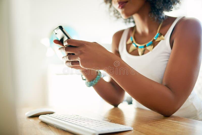 Skörd som skjutas av kvinnan som använder smartphonen arkivbild