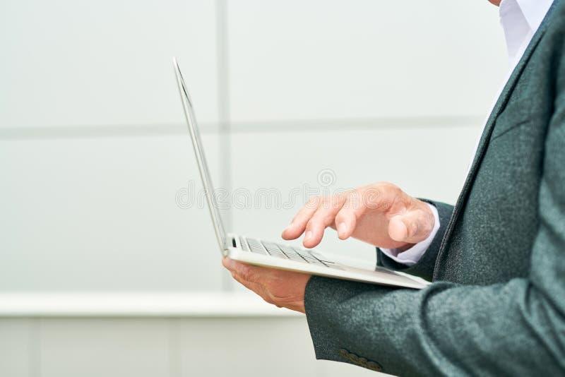 Skördentreprenör som använder bärbara datorn arkivbild