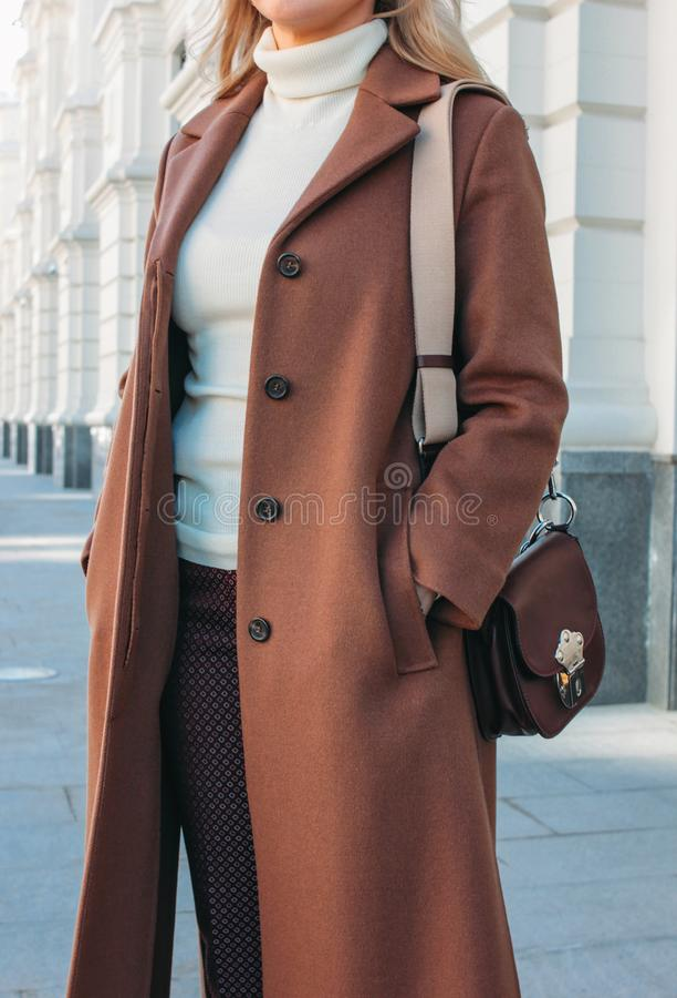 Skördfoto av det bärande laget för stilfull trendig blond kvinna och solglasögon, gatastilfoto royaltyfria foton