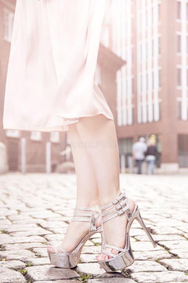 Skördkvinna i höga häl och klänning arkivfoton