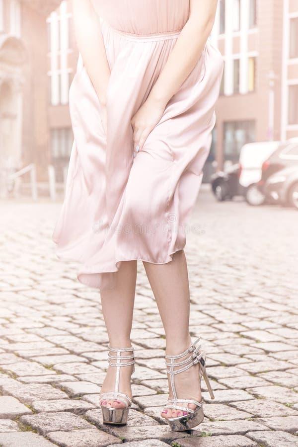 Skördkvinna i moderiktigt vinka för klänning royaltyfri foto