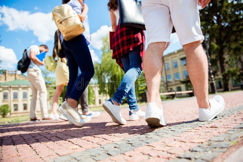 Sköt den bakre sikten för den låga vinkeln av sex fot för student` s, dem går royaltyfria bilder