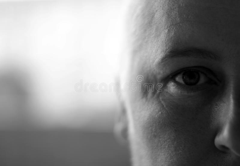 Sköt den halva framsidan för skalliga kvinnor svartvitt royaltyfri bild