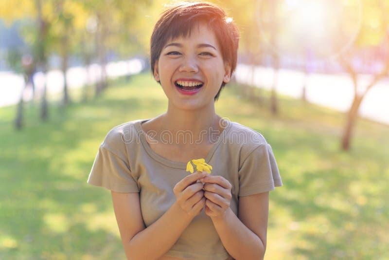 Sköt det härliga huvudet för ståenden av mer ung asiatisk kvinnalyckaem arkivbild