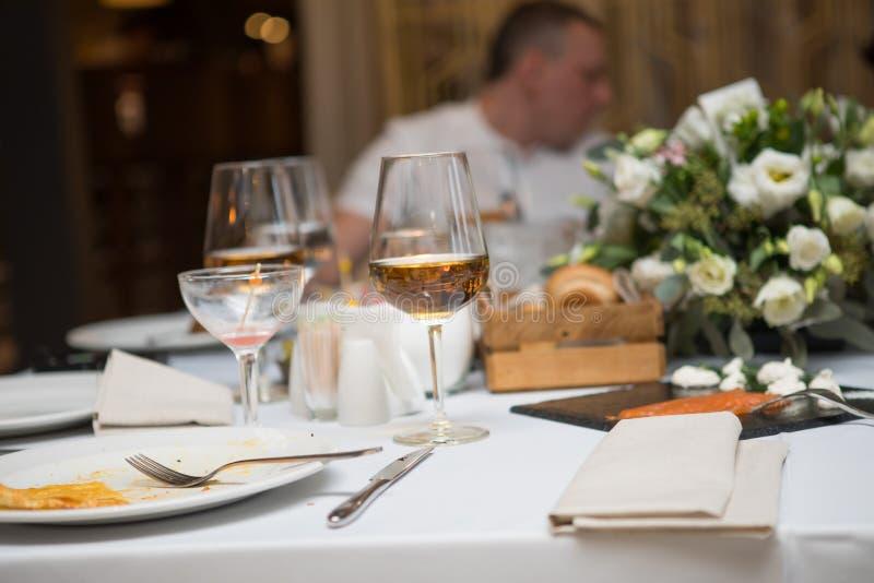 Sköta om för buffématställerestaurang royaltyfria bilder