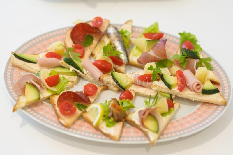 Sköta om olika matmellanmål och aptitretare fotografering för bildbyråer