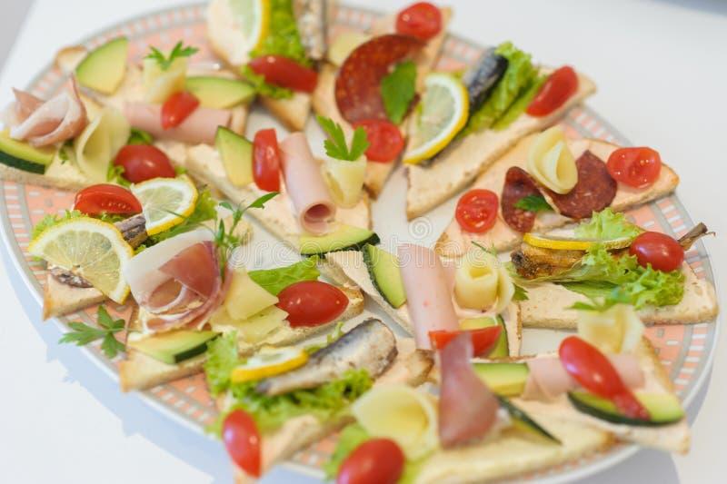 Sköta om olika matmellanmål och aptitretare arkivfoto