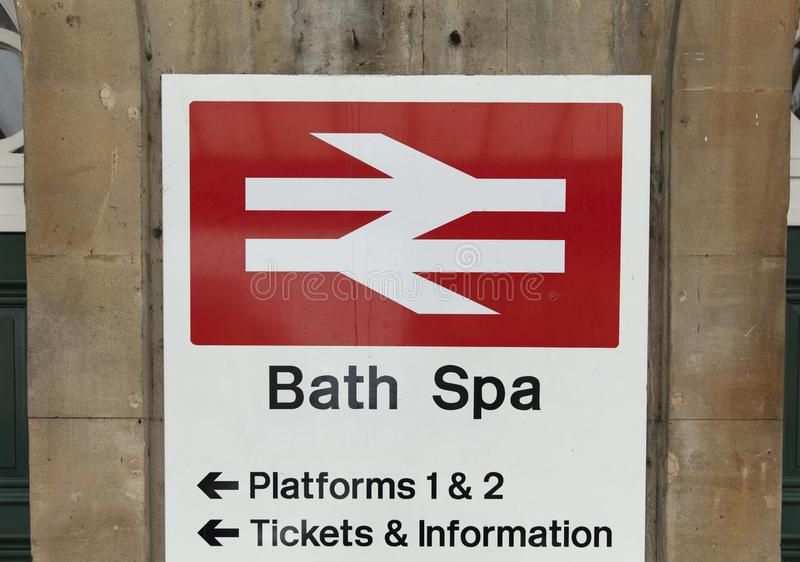 Skąpanie, Somerset, Zjednoczone Królestwo, 22nd 2019 Luty, Wejściowy signage dla Kąpielowej zdrój stacji fotografia royalty free