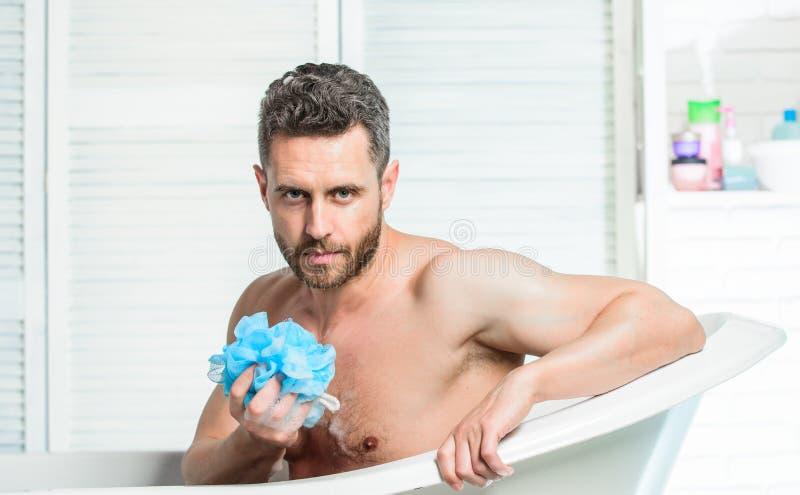 Skąpanie wielkiego skutka nastrój niż fizyczny ćwiczenie Mężczyzny brodaty modniś używa gąbki czyści skórę Prysznic gel dla mężcz zdjęcia stock