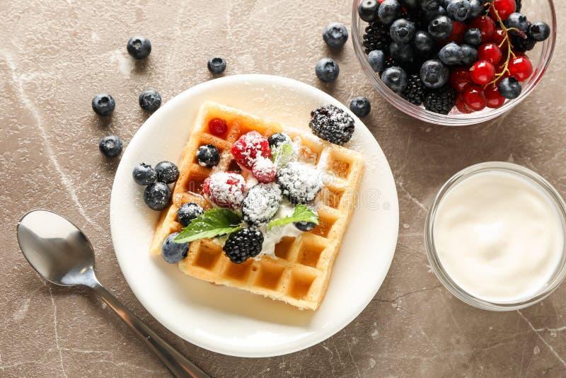 Skład śniadanie z belgijskim gofrem fotografia stock