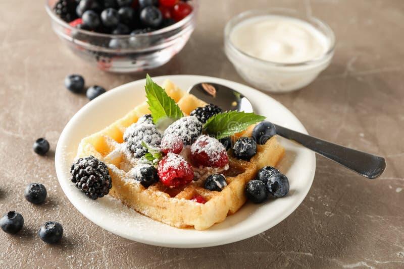 Skład śniadanie z belgijskim gofrem obrazy stock