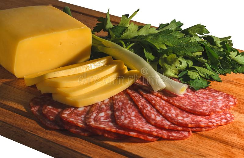 Skład apetyczna kiełbasa, ser, zielenie i cebule na drewnianej desce, odizolowywa obrazy royalty free