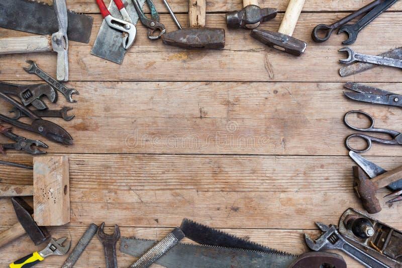 Skład budów narzędzia na starej powyginanej drewnianej powierzchni narzędzia: cążki, fajczany wyrwanie, śrubokręt, młot, metalu m zdjęcie stock