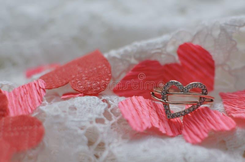 Skład dla walentynki ` s dnia Złoty pierścionek w postaci serca i czerwieni serc zdjęcia stock