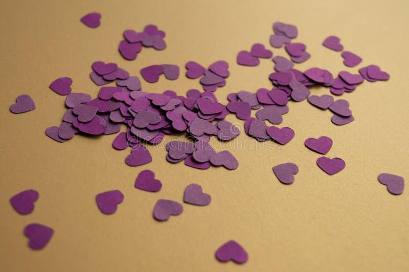 Skład fioletowych serc na złotym tle na Święto św. Walentynek Nastrój świąteczny fotografia stock
