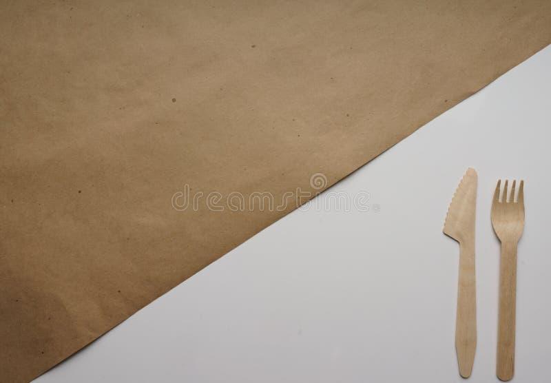 Skład Kraft brown opakunkowy papier na rozwidleniu i łyżka w papierowy pakować białym i drewnianym Odgórny widok, zakończenie ilustracji